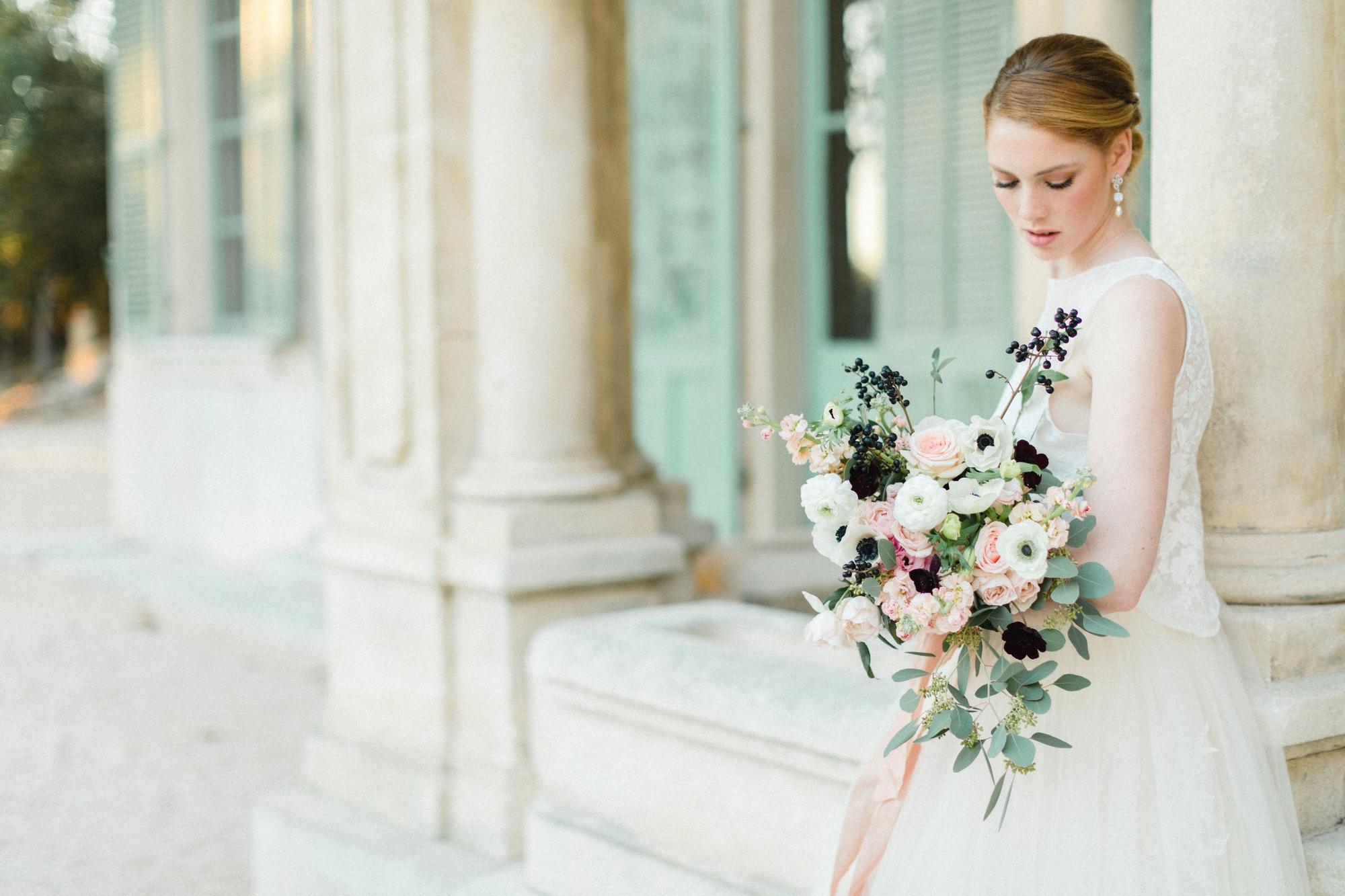 Mariée et son bouquet de fleurs